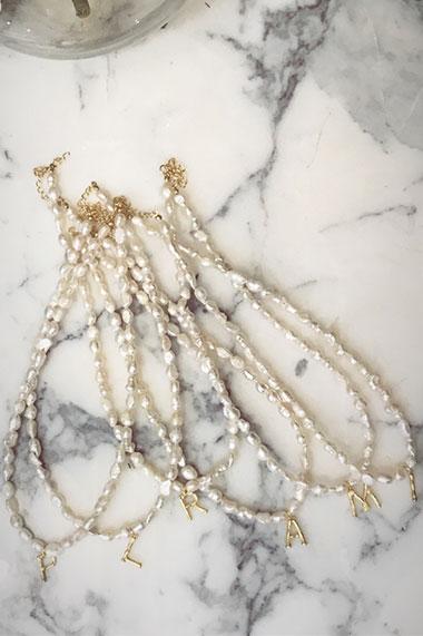 la-coqueta-lola-joyitas-invitada-gargantilla-perlas-inicial