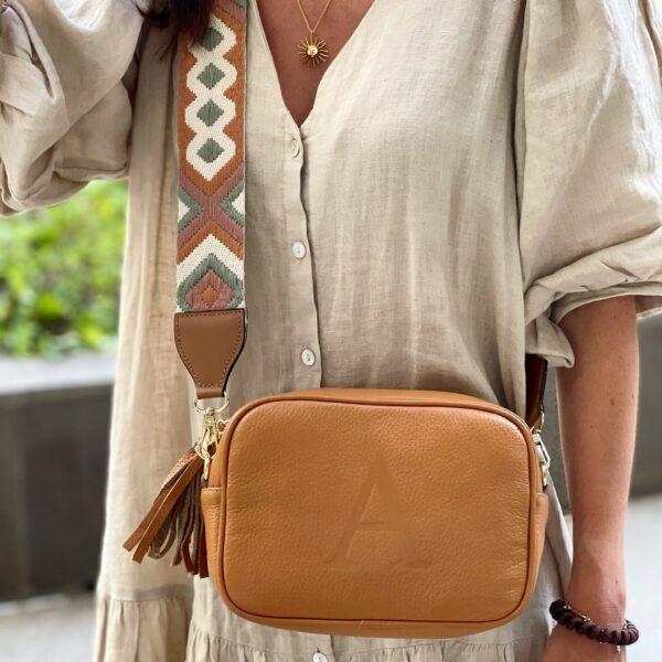 la-coqueta-lola-bolso-piel-vacuno-letra-inicial-marcada-personalizada-modelo-enriqueta-camel