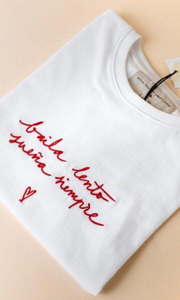 la-coqueta-lola-invitada-casual-luciabe-camiseta-blanca-mujer-baila-lento