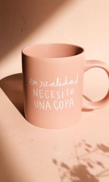 la-coqueta-lola-invitada-luciabe-deco-taza-necesito-una-copa-rosa